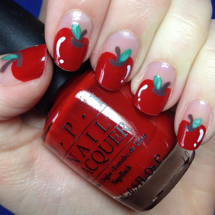 manicure rojo con forma de manzana