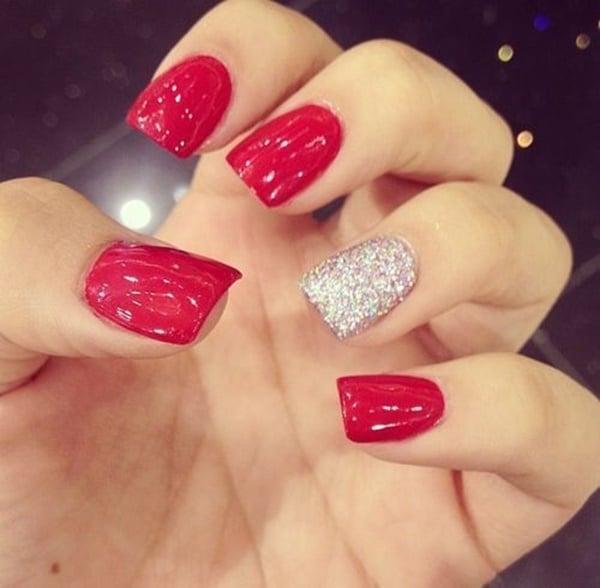 manicure rojo con uña plateada