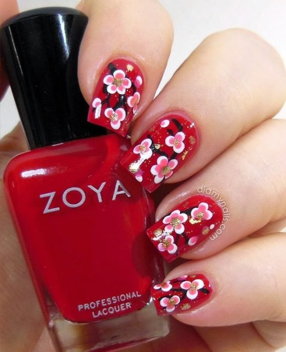 manicure rojo con flores pequeñas