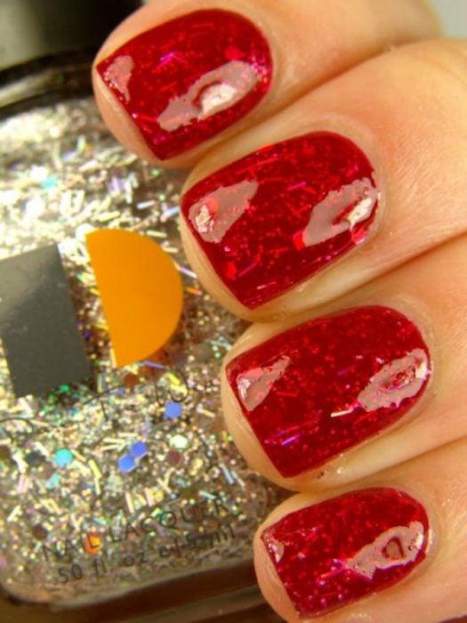 manicure rojo tornasol