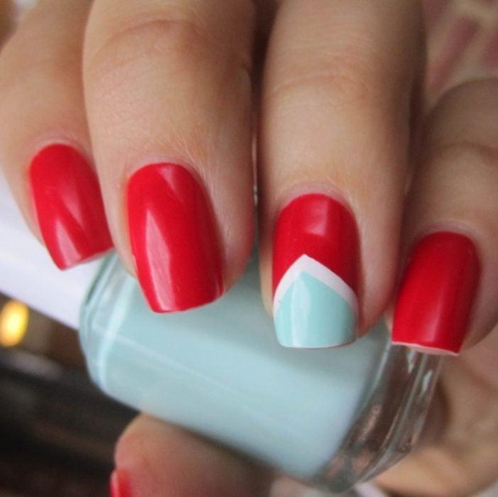 manicure rojo con uña verde pistache