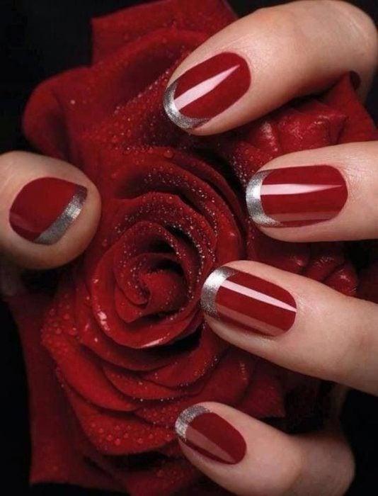 manicure rojo puntas francesas dorado