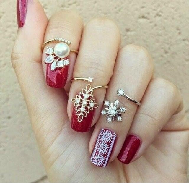 manicure rojo con anillos