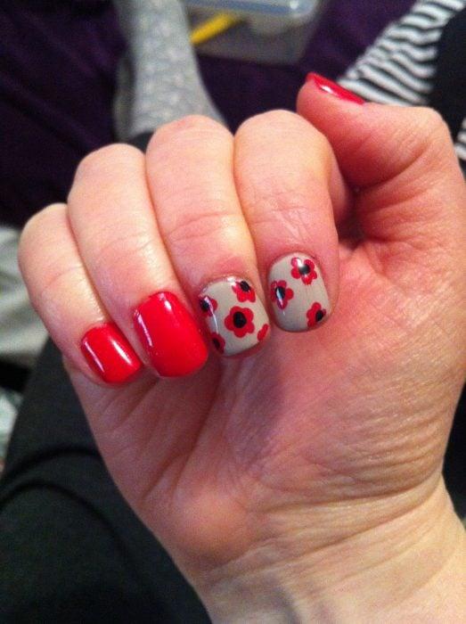 manicure rojo con dos uñas con flores