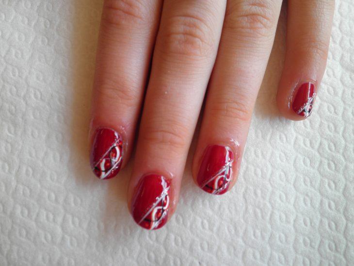 manicure rojo con lineas blancas