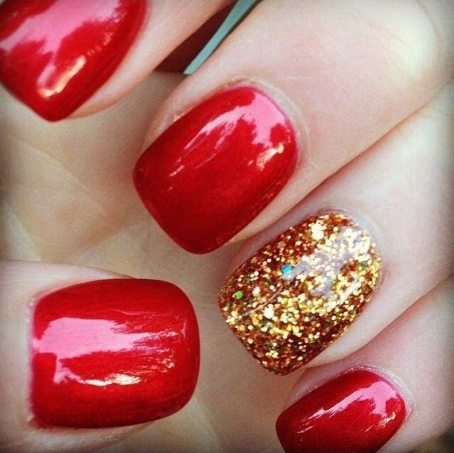 manicure rojo con uña dorada