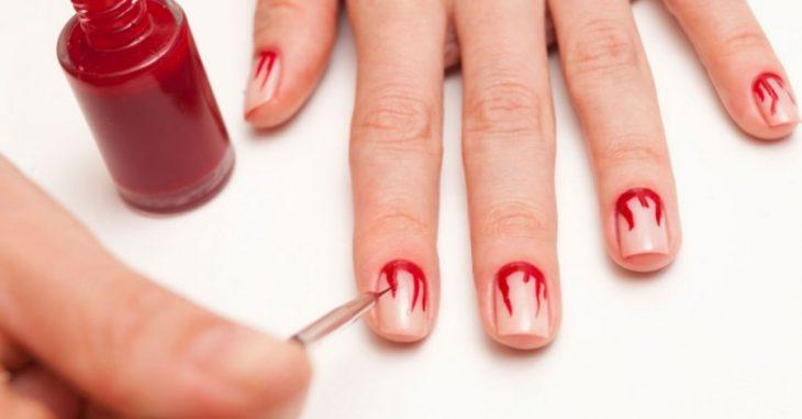 manicure rojo contorno sangre