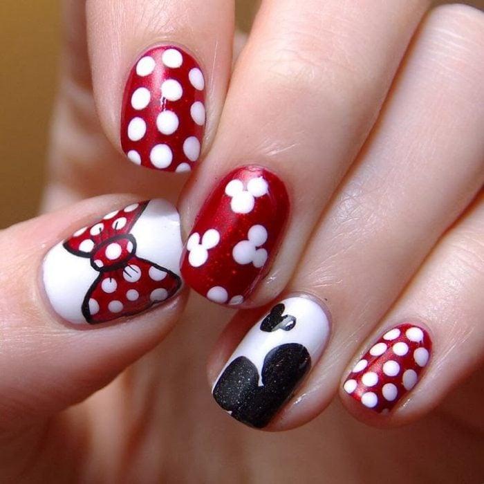 manicure rojo con puntos blancos