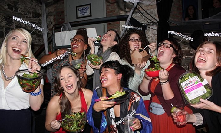 disfraz de chicas felices que comen ensalada