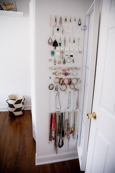 30 ingeniosas formas de mantener organizados tus espacios for Ganchos para colgar en las puertas