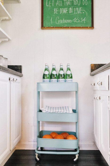 Estante con ruedas para almacenar productos en la cocina