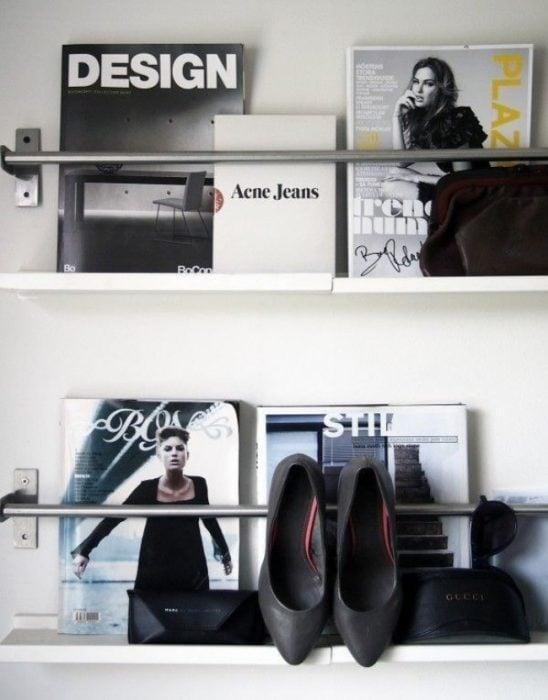 tubos pegados a la pared colocados para organizar revistas y accesorios