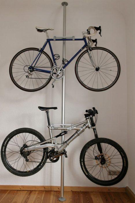 Tubo con dos ganchos que sirven como soporte de bicicletas