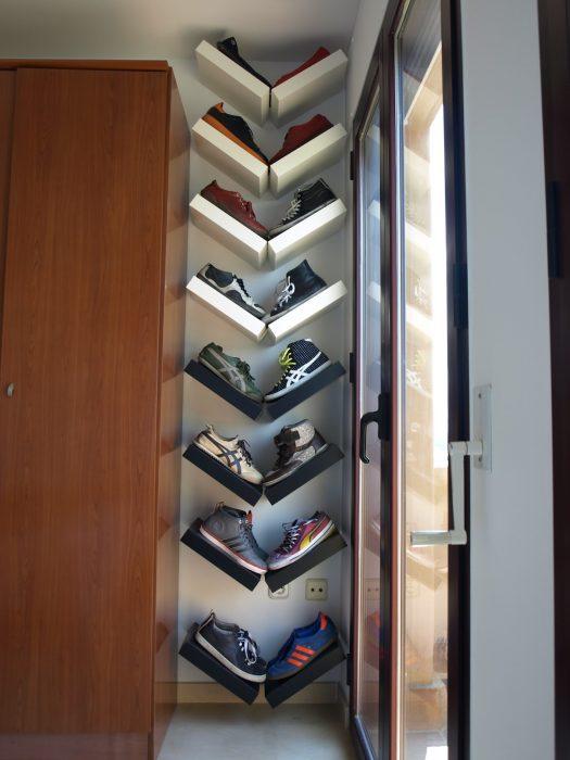 Cuadros de madera colocados en forma de V para corganizar zapatos