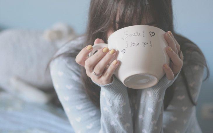 Mamá bebiendo café