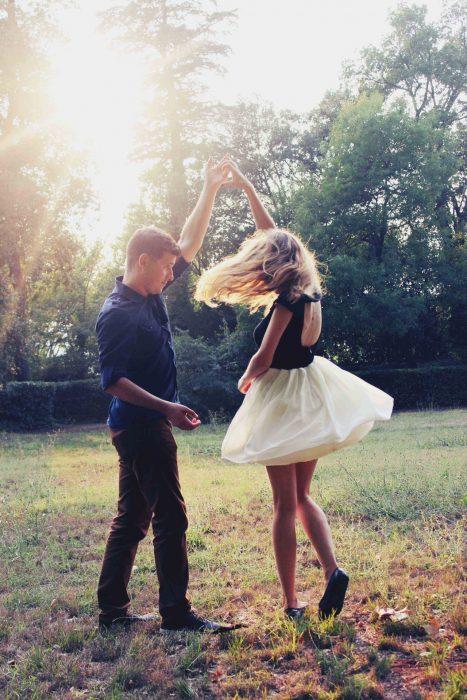 Pareja de novios bailando en el cesped