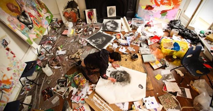 La psicología detrás de los cuartos tirados: ¿Por qué la gente creativa es más desordenada?