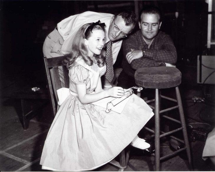 Kathryn Beaumont recibiendo instrucciones para la película Alicia en el país de las maravillas