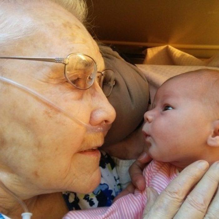 Bebé y su abuelita de 92 años