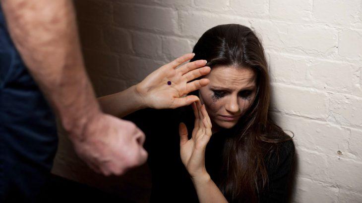Chica sufriendo de violencia con el punto negro