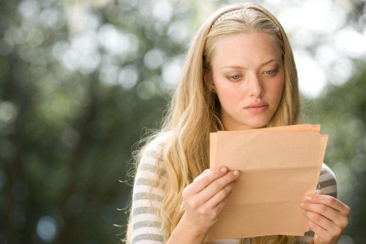 Chica leyendo una carta