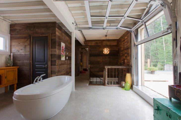 Baño con ventanales de una casa que fue construida con ventanales