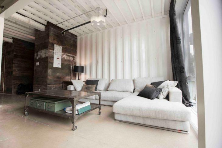 Sala de una casa hecha con contenedores