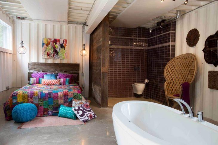 baño y habitación de una casa hecha con contenedores
