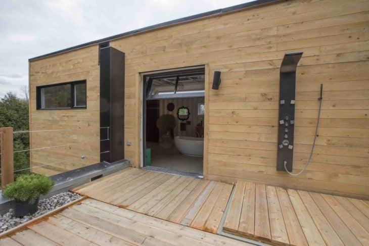 Terraza de una casa hecha a partir de contenedores marítimos