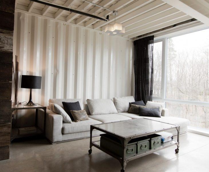 Sala de una casa que fue hecha con contenedores