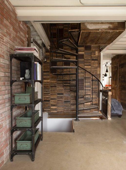 Espacio con escaleras de una casa que fue construida con contenedores