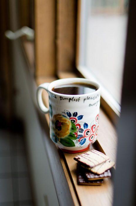 Taza de café en la ventana