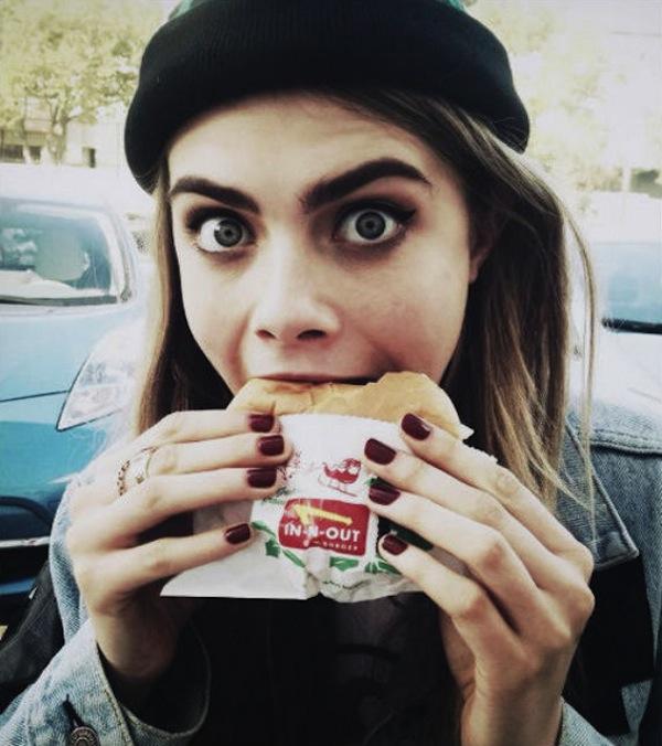 Cara Delevingne comiendo hamburguesa