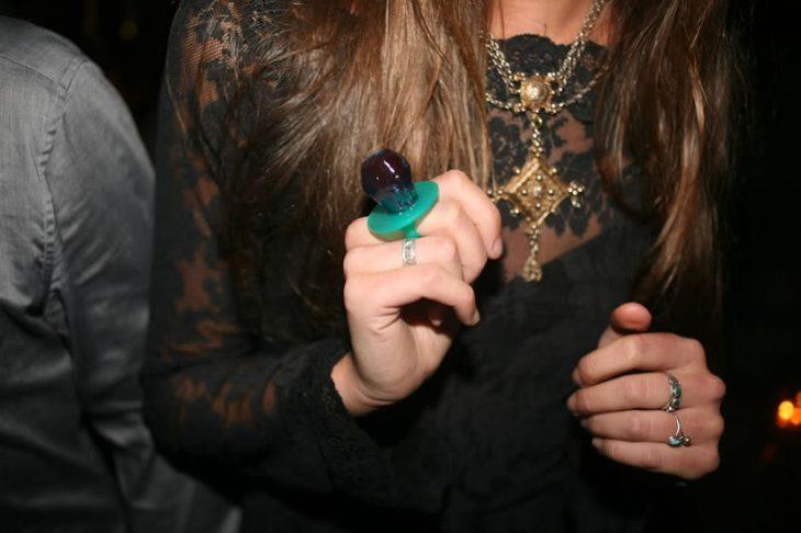 Chica con un Ringpop en la mano