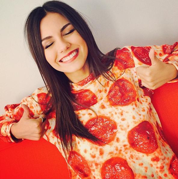 Chica con una sudadera de pizza