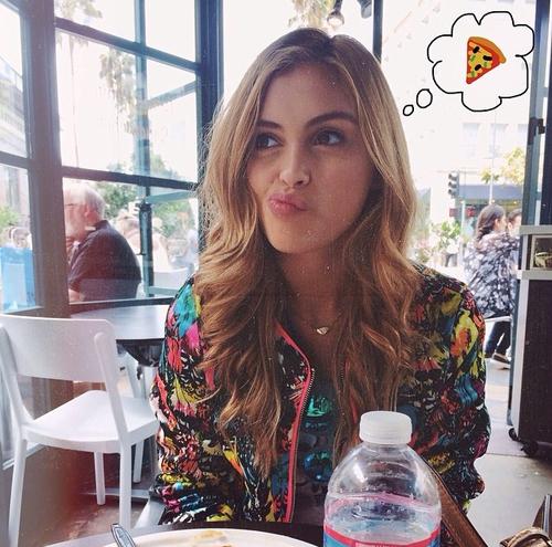 Chica pensando en pizza