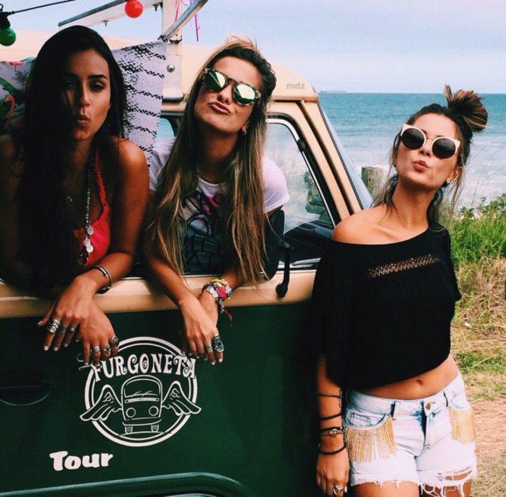 Chicas paradas junto a una camioneta