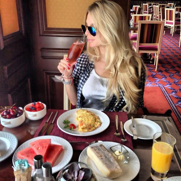 Chica desayunando en un restaurante