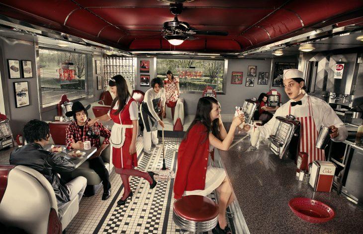 Chica en una cafetería retro