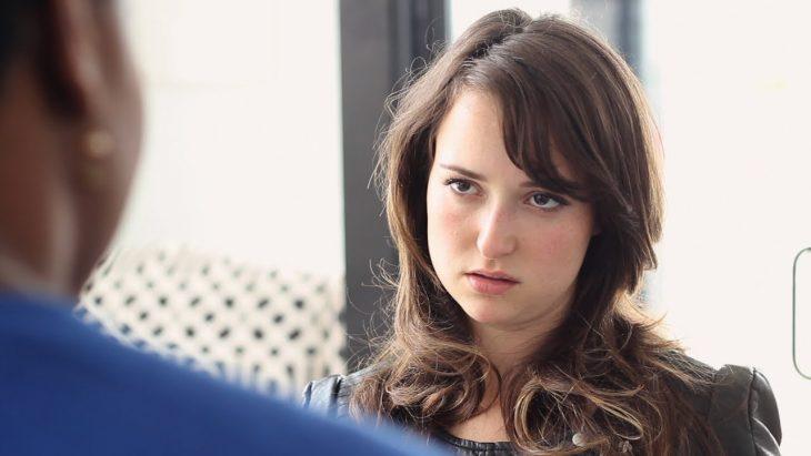 Chica con cara de enojada