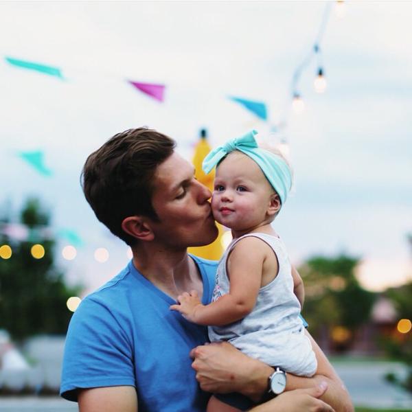 Chico besando a una bebé en la mejilla