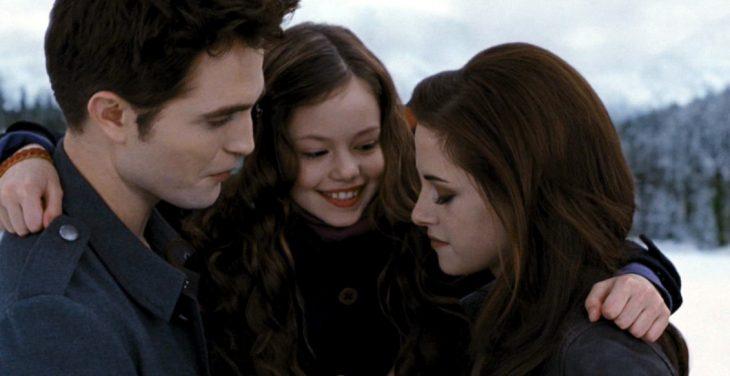 Escena de la película amanecer bella, edward y su hija abrazados