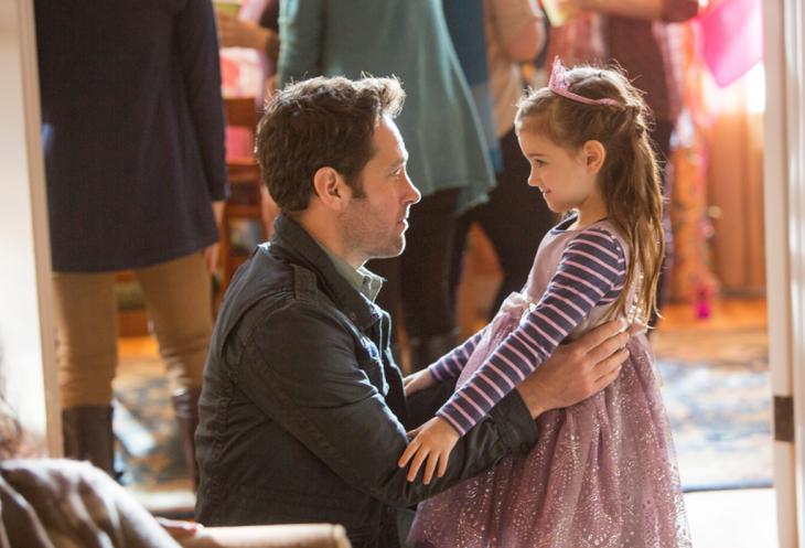Escena de la película Ant-man padre viendo a su hija vestida como una princesa