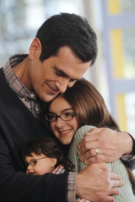 Escena de la serie Modern Family padre abrazando a su hija