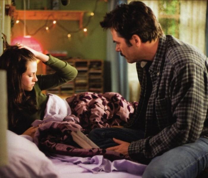 Escena de la película crepusculo padre junto a su hija sentados en la cama