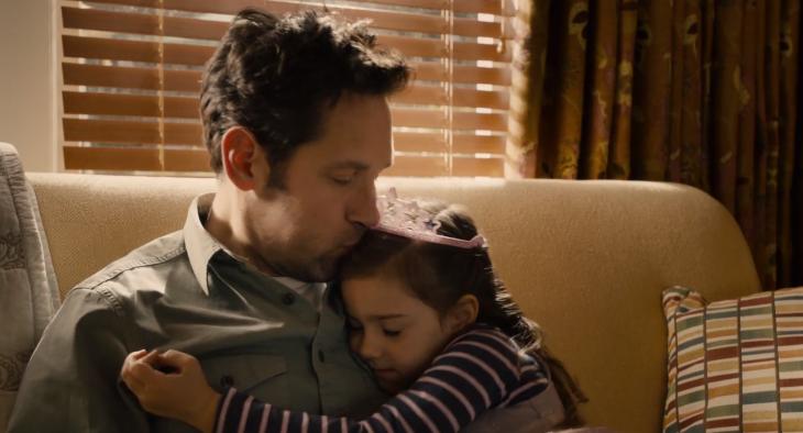 Escena de la película Ant-man padre besando la frente de su hija