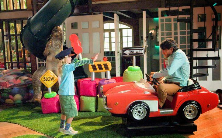 Escena de la película no se aceptan devoluciones padre e hija jugando