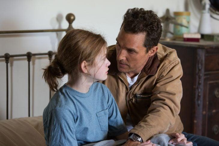 Escena de la película interestelar padre e hija conversando en la cama