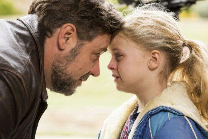 Escena de la película fathers and doughters niña junto a su papá llorando