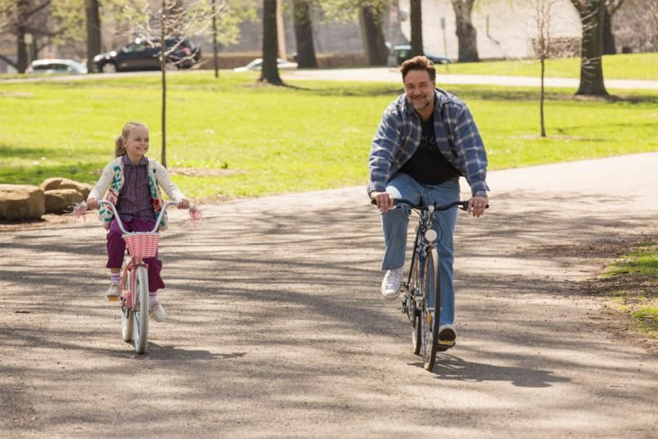 Escena de la película fathers and daughters padre e hija en bicicleta